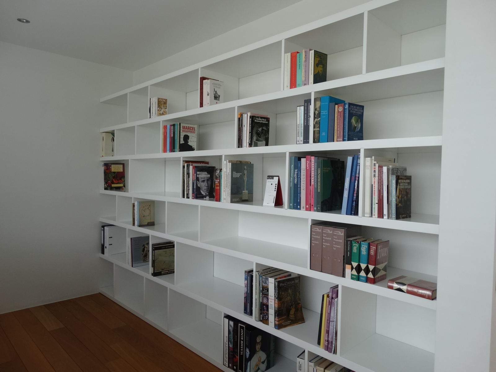 bureau en boekenkast op maat gelakt